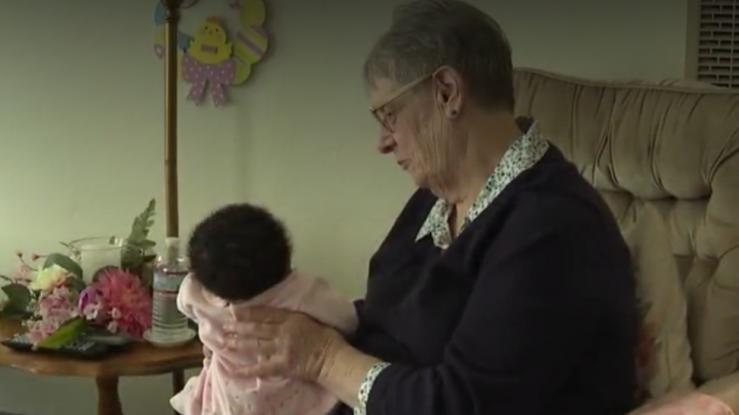 Mujer ha criado más de 80 bebés en sus últimos 34 años