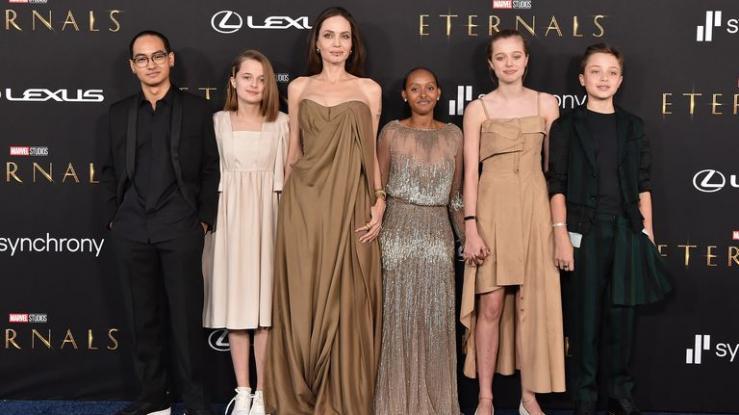 Hijos de Angelina Jolie reutilizaron vestidos de la actriz en alfombra roja