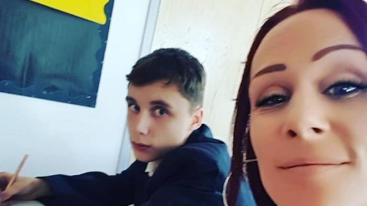 Madre se sienta junto a su hijo en clases para que no sea más insolente con sus maestros