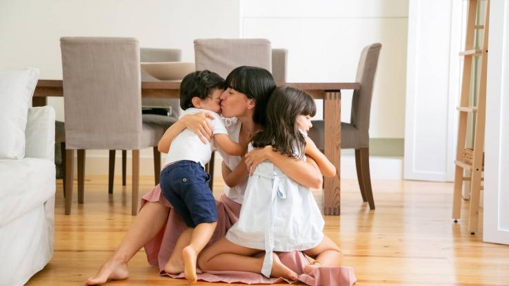 ¿Quieren las mamás más a sus hijos que a sus hijas? Esto dicen los expertos